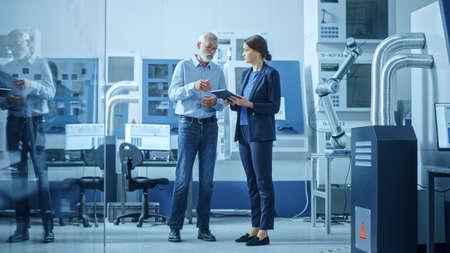 Inside Office: Digital Engineering Professional, der am PC arbeitet und 3D-Komponenten in CAD-Software entwirftIn Factory Workshop: Männliche und weibliche Ingenieure verwenden Tablet-Computer und sprechen