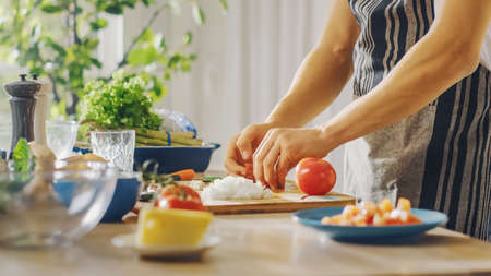 Close Up Shot of a Man Preparing a Healthy Vegetarian Organic Salad Meal in a Modern Kitchen. Natural Clean Diet and Healthy Way of Life Concept. Banco de Imagens
