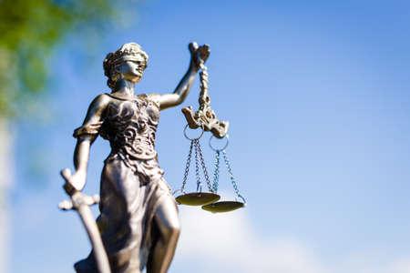 dama justicia: parte posterior de la escultura de Themis, femida o diosa justicia sobre fondo brillante cielo azul
