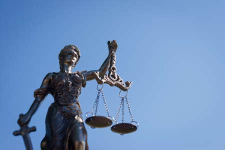 dama justicia: escultura de Themis, femida o diosa justicia sobre fondo brillante cielo azul