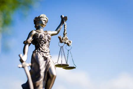 justicia: escultura de Themis, diosa femida o la justicia en el cielo azul brillante copyspace exterior fondo Foto de archivo