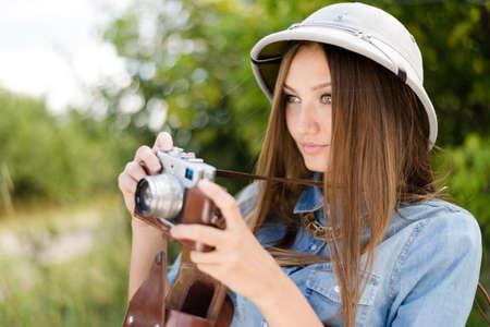 m�dula: Mujer hermosa joven en el sombrero de m�dula a tomar fotograf�as en la c�mara retro de los �rboles verdes de fondo copia espacio verano