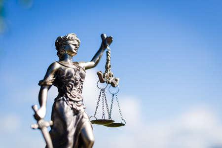 helle Skulptur der Themis, femida oder Gerechtigkeit Göttin auf sonnigen blauen Himmel im Freien Hintergrund kopieren Raum, Bild Seitenansicht