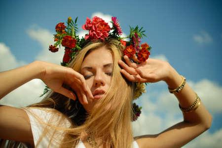 Großansicht Porträt der schönen blonden jungen Dame mit Blumenkrone Spaß genießen, sich entspannen geschlossenen Augen auf Sommer blauen Himmel Kopie Raum Hintergrund