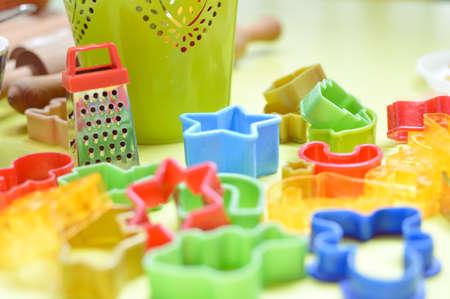 Een groot deel van de keuken bakken kleurrijke uitrusting