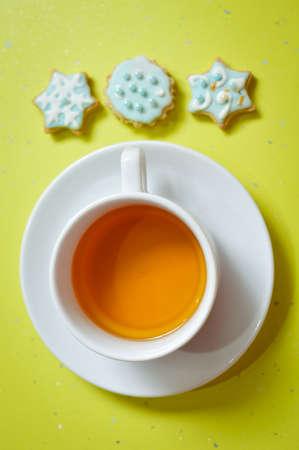 galletas de jengibre: Imagen de tres galletas de jengibre y una taza de t�