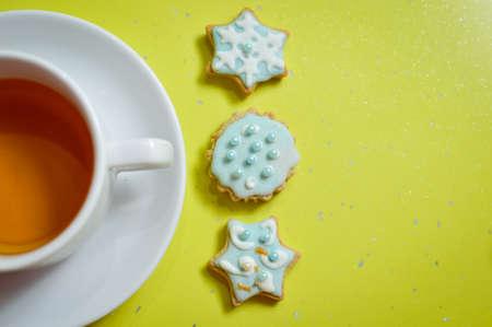 galletas de jengibre: Galletas de jengibre hechos a mano y una taza de t� en el fondo verde Foto de archivo