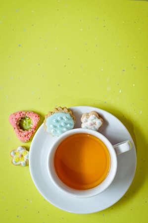 galletas de jengibre: Galletas del jengibre y una taza de t� en el fondo de color verde claro