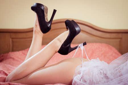 38855255-foto-de-la-se%C3%B1ora-hermosa-nalgas-en-blanco-de-la-novia-de-la-ropa-interior-se-relaja-en-la-cama.jpg?ver=6