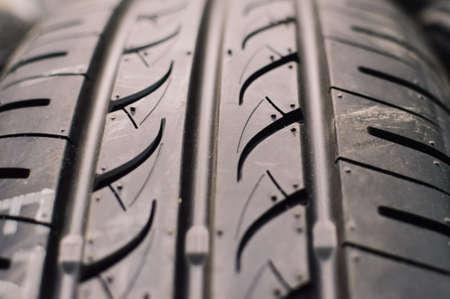 pisar: Cierre de imagen de los neumáticos ot de rodadura del neumático Foto de archivo