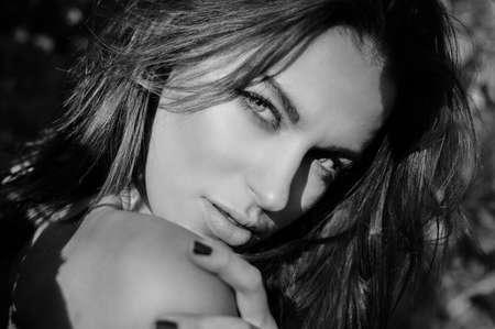 modelos desnudas: Retrato de la señora hermosa joven que se divierte increíble atractivo sensualmente mirando a la cámara en el fondo al aire libre. photography primer plano en blanco y negro