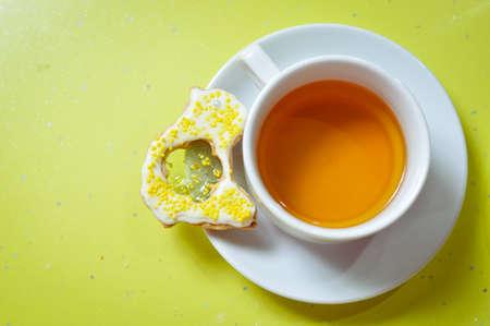 galleta de jengibre: Cierre de imagen de galletas de jengibre y una taza de té verde en el espacio de copia de fondo Foto de archivo