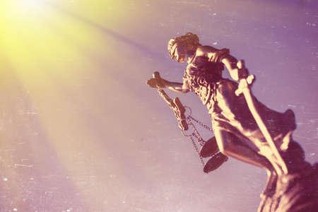 Afbeelding van themis beeldhouwkunst, Femida of justitie godin op heldere blauwe zonnige hemel in openlucht achtergrond Stockfoto