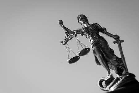 justicia: Fotografía en blanco y negro de THEMIS escultura, Femida o la justicia diosa brillante sobre el cielo de fondo