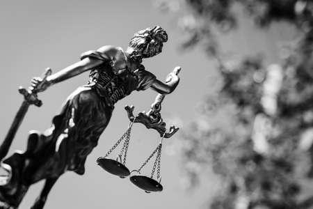 justicia: backview foto de la escultura de Themis, diosa de la justicia Femida o en el cielo luminoso y deja al aire libre de fondo. fotografía en blanco y negro