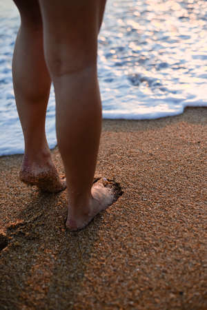 sexy f�sse: Picture of Sexy Legs on Tropical Sand Beach. Walking Female Feet. Closeup
