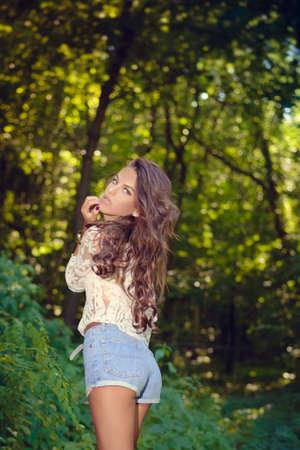 mujer desnuda de espalda: Retrato de alegre hermosa dama joven glamour sobre fondo verde bosque