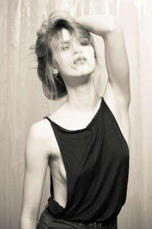 tetas: retrato en blanco y negro de la señora hermosa joven en alineada atractiva sobre fondo claro