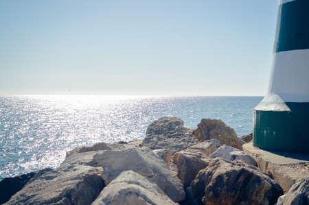 Maritieme vuurtoren met zonlicht op de achtergrond, buiten Stockfoto