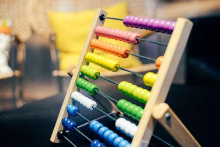 Educatieve kleurrijke houten abacus parels op tabelachtergrond. School rekenkundig symbool, berekenen denkconcept, close-upfotografie Stockfoto - 84883731