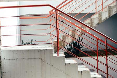 Resumen escaleras de emergencia de acceso para personas, de color gris con textura de color escalera vacía en el interior grungy estructura de fondo Foto de archivo - 85766208