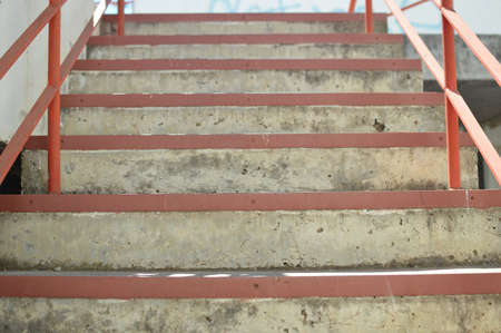 Resumen escaleras de emergencia de acceso para personas, de color gris con textura de color escalera vacía en el interior grungy estructura de fondo Foto de archivo - 85766211