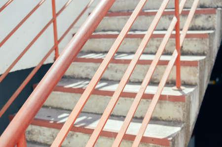 Resumen escalera de emergencia de acceso para las personas, gris textura de color escalera vacía en el interior grungy estructura Foto de archivo - 85766216