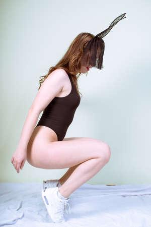 lapin sexy: Glamour jolie femme en forme de remise en forme sur fond clair