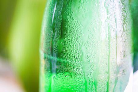 condensacion: Botella de cristal verde con la condensación en él