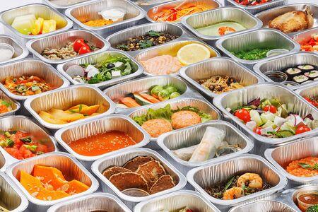 다른 음식의 일부분을 용기로 분리하십시오.