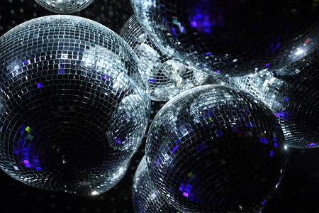Shiny boules disco sur un fond sombre