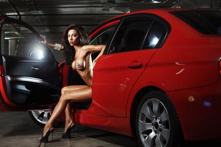 비싼 빨간 차 안에 아주 아름다운 섹시한 여자 스톡 콘텐츠