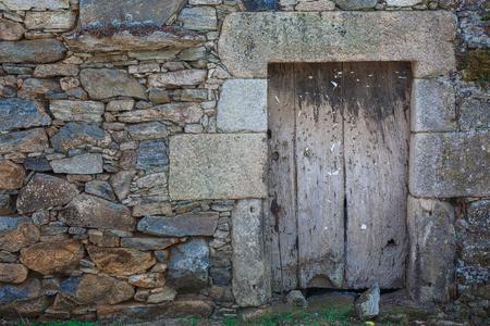 puertas antiguas: Vieja puerta rústica de madera de color beige en España Foto de archivo