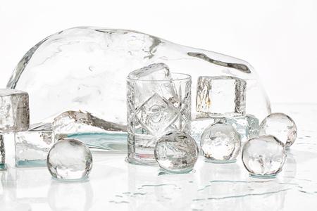 얼음 조각과 젖은 테이블 촬영 스튜디오에 공 스톡 콘텐츠