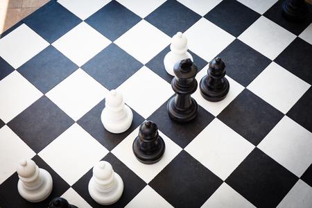 tablero de ajedrez: tablero de ajedrez blanco y negro con piezas de ajedrez en él