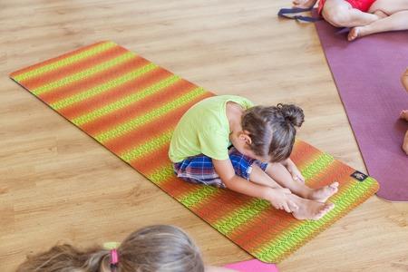 Niño pequeño en una clase de yoga Foto de archivo - 70819693