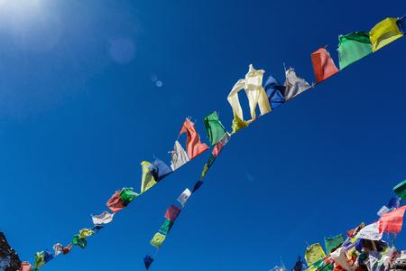 네팔의 산들에 다채로운 깃발