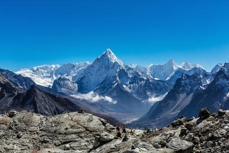 Besneeuwde bergen van de Himalaya op de meest everest basecamp trek