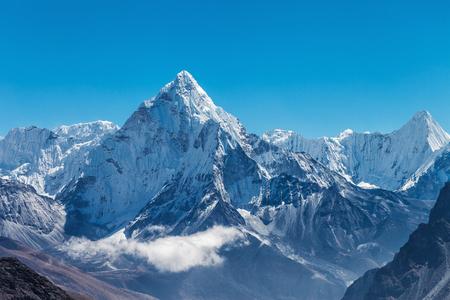 Besneeuwde bergen van de Himalaya op de meest everest basecamp trek Stockfoto