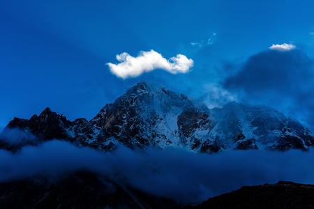 Montagne innevate dell'Himalaya sul trekking del campeggio di base Archivio Fotografico