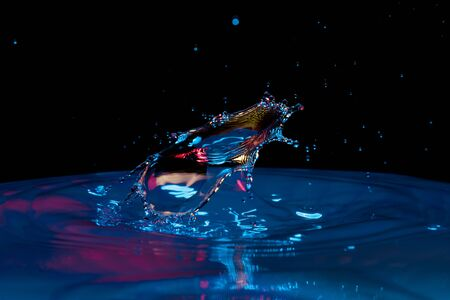 kropla wody spadająca do wody