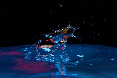 Wassertropfen, der ins Wasser fällt