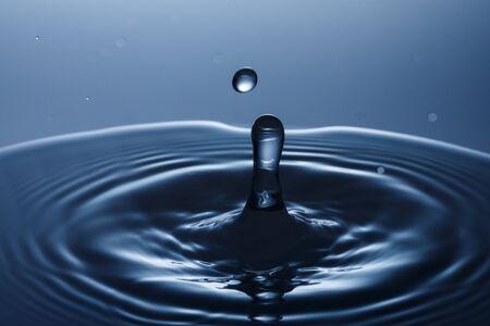 druppel water vallen in het water Stockfoto