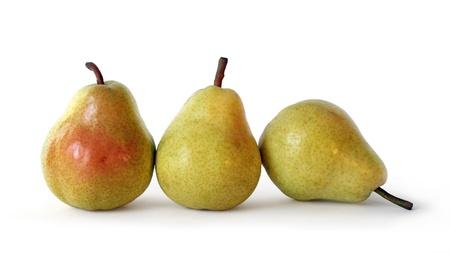 pera: tres jugosas maduras oro peras sobre fondo blanco. alimentos saludables.