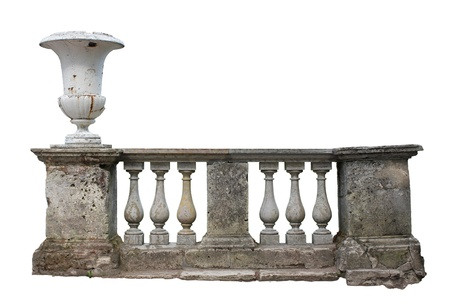 Abbandonato antica ringhiera balaustra in pietra con vecchio vaso isolato su sfondo bianco.