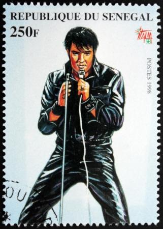 SENEGAL - CIRCA 1998. Een door Senegal gedrukte postzegel toont een portret van de beroemde Amerikaanse zangeres Elvis Presley (1935-1977), circa 1998.