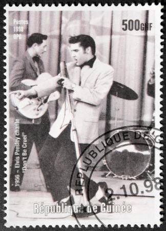 GUINEA - CIRCA 1998. Een door GUINEA geprinte postzegel toont een portret van de beroemde Amerikaanse zangeres Elvis Presley (1935-1977), circa 1998.