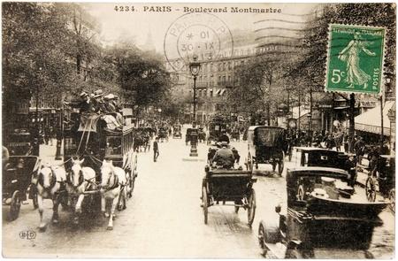 montmartre: FRANCE - CIRCA 1913: un timbre imprim� par FRANCE Marianne montre l'all�gorie de la R�publique fran�aise. Le timbre est sur la carte postale montre une vue du boulevard Montmartre � Paris, vers 1913.