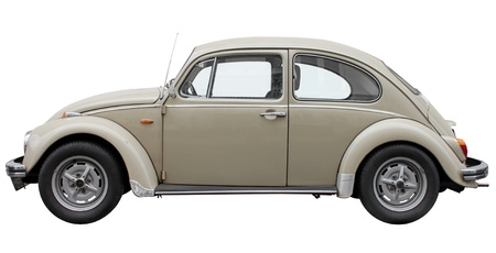Kleine retro auto zijaanzicht geïsoleerd op de witte achtergrond.