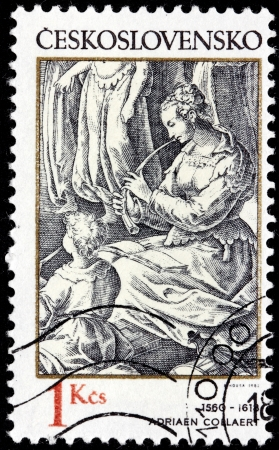engraver: CECOSLOVACCHIA - CIRCA 1982: un timbro stampato dalla Cecoslovacchia mostra Woman Flautist - incisione dal designer fiammingo e incisore Adriaen Collaert, circa 1982. Editoriali